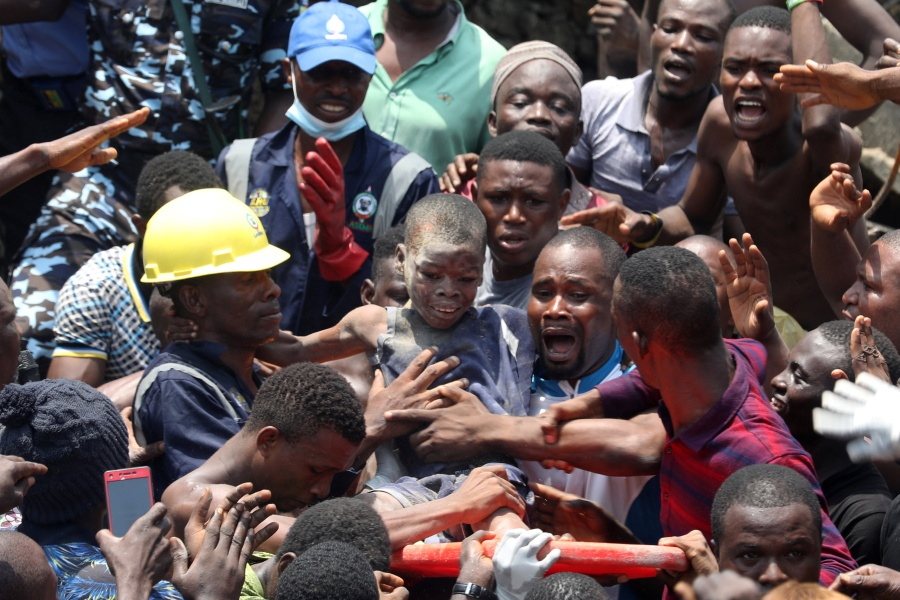 VÍDEO: Escola desaba e soterra 100 crianças em Lagos, Nigéria. Momentos dramáticos de tentativa de resgate