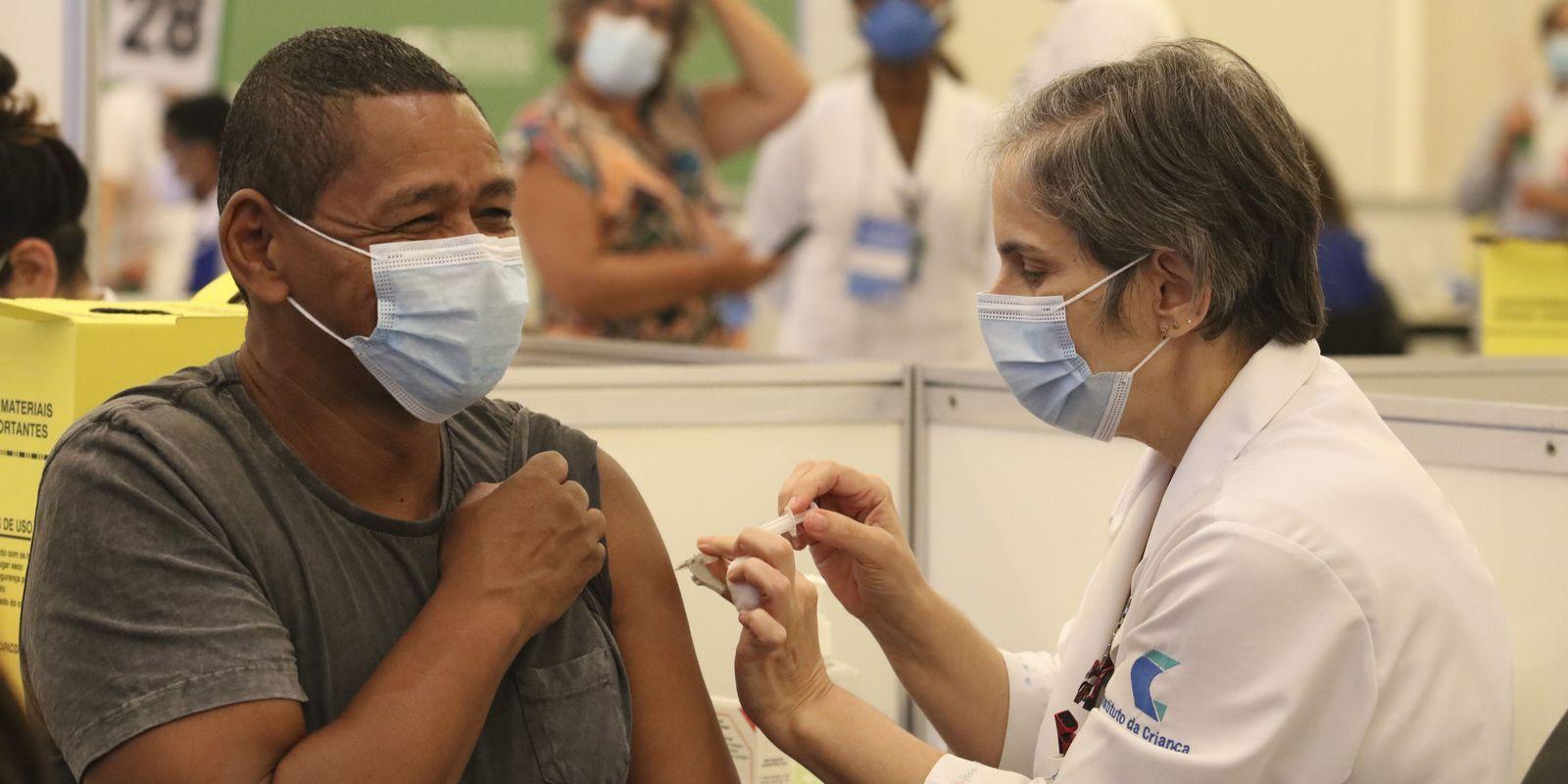 100 milhões de VACINADOS: Brasil atinge marca e segue ritmo de vacinação de 2 milhões por dia!