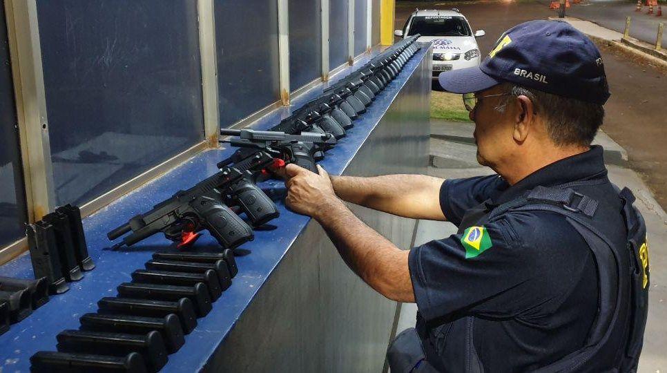 Astra dá fuga por 20 km da PRF, faz manobras perigosas, bate e Polícia descobre 29 pistolas que iriam para o RJ