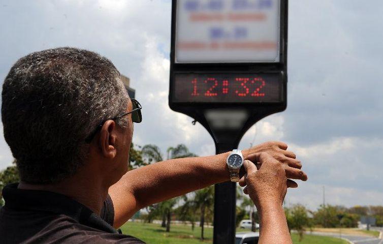 Bolsonaro decique que NÃO haverá horário de verão em 2019. Estudos indicam que a economia real é quase nula