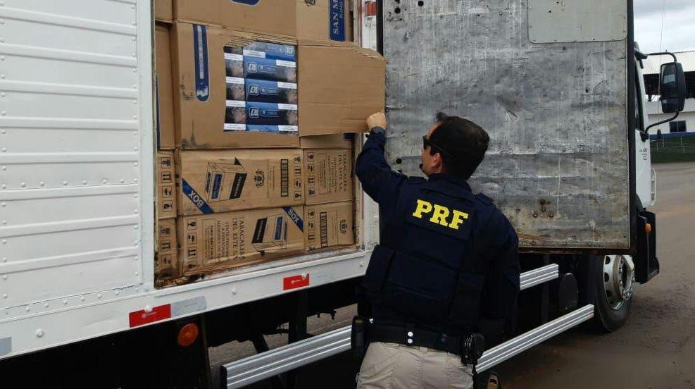 Caminhão abandonado na CONTRAMÃO. PRF encontra carga com 300 mil maços de cigarros avaliados em R$1,5 milhões