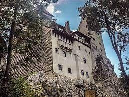 Castelo do CONDE DRÁCULA vira ponto de vacinação contra COVID-19 na Romênia