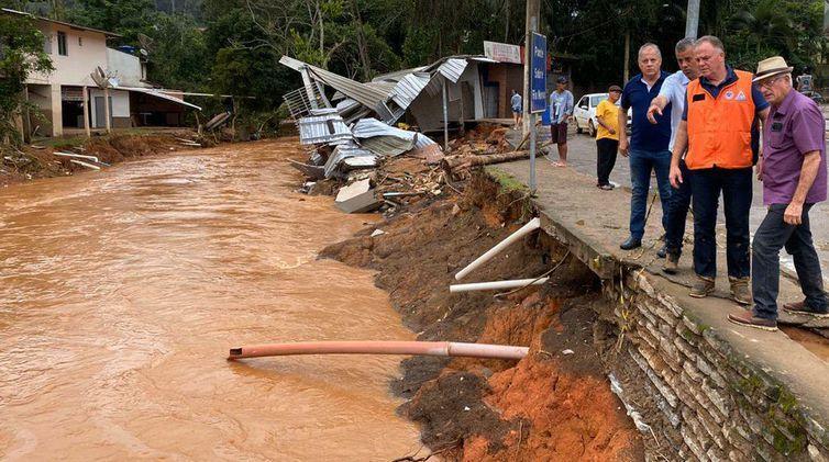 Chuva faz mais de 10 mil pessoas deixarem suas casas no Espírito Santo. São citadas 9 mortes.