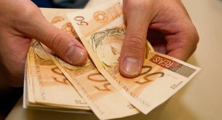 Você sabe quanto ganha um DEPUTADO FEDERAL? Saiba o salário e as verbas que ele tem direito, por exemplo até R$45mil para despesas aéreas....