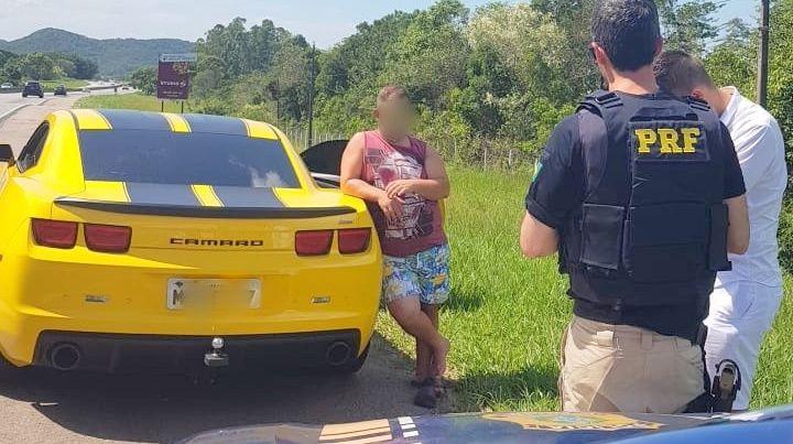 Desce do Camaro para urinar no acostamento. PRF aborda, película irregular e se recusa a fazer teste de alcoolemia