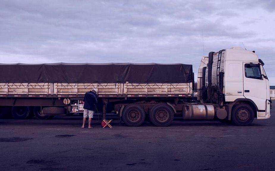 CONSERTO e PNEUS! Governo anuncia R$ 500 milhões do BNDES para caminhoneiros autônomos e muitos veem como fumaça para não falar do preço do diesel
