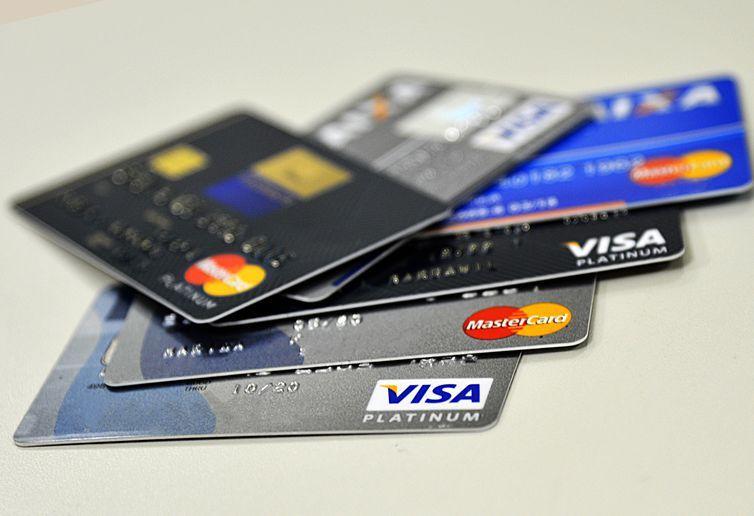 Juros do cheque especial caem para 306,9% e do cartão ficam em 306%