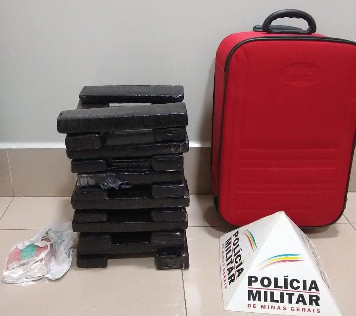 Mala de droga! Mulher pega táxi e PMs suspeitam. 30kg de drogas em Ipatinga / MG
