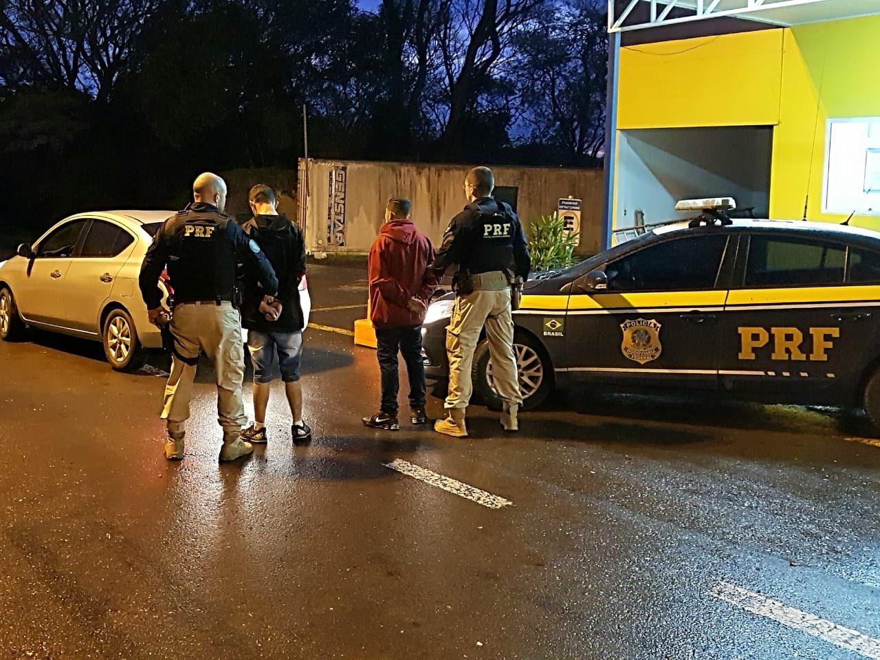 Manobra Brusca! Quando PRF vai verificar encontra veículo CLONADO, motorista usava carro para APLICATIVO e passageiro também teve problemas policiais.
