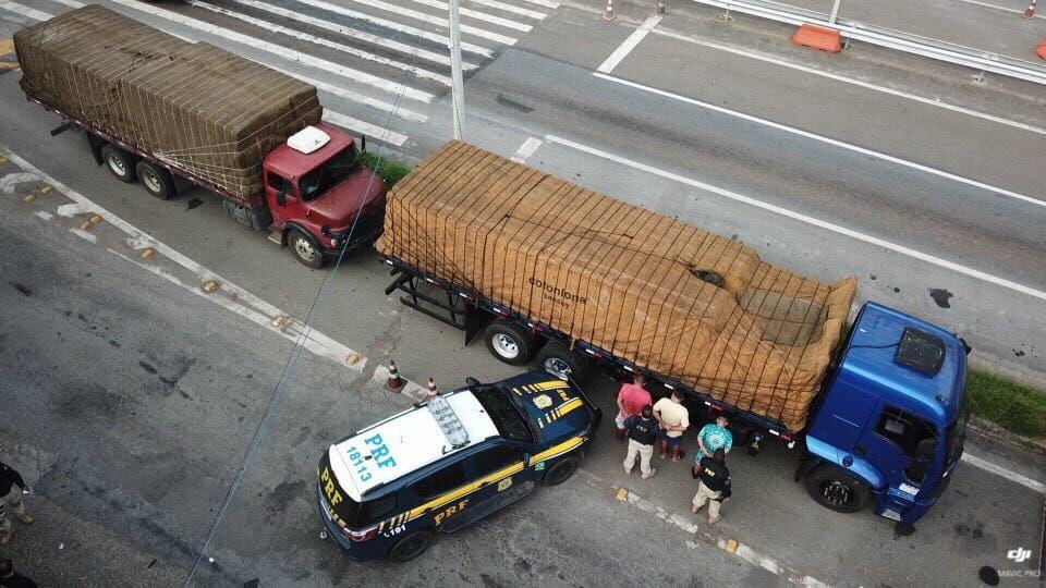 PRF apreende três caminhões com mais de 700 mil maços de cigarros contrabandeados no RJ