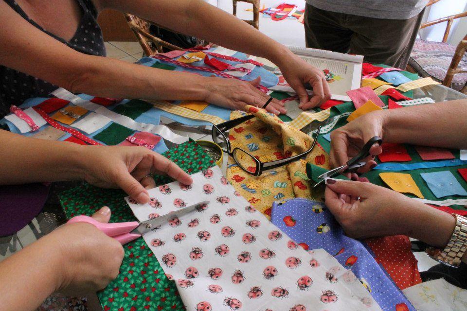 Promotora e Estilista criam projeto Costurando vidas: Mães e esposas de presos aprendem bordado e costura