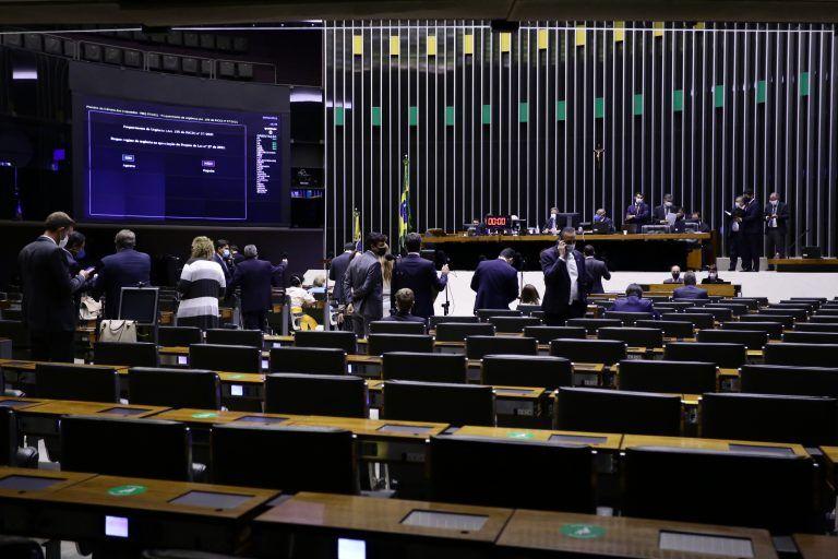 Quem VACINAR fora da ordem de prioridade pode ser preso por até 3 anos - Aprovada urgência para projeto de lei na Câmara