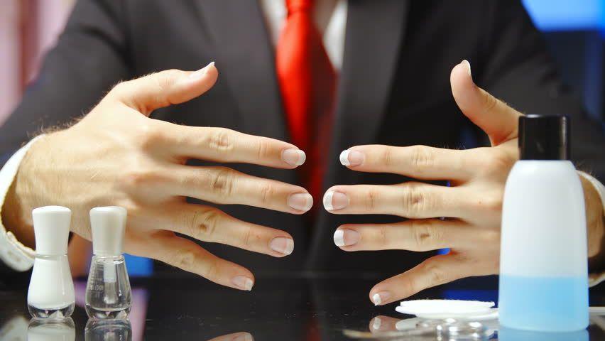 Sem preconceito: HOMEM manicure! HOMENS estão executando atividades que são tradicionalmente FEMININAS!