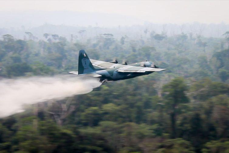 Sete estados já pediram apoio federal para combater incêndios. Avião Hércules C-130 já opera em cobate e  44 mil militares poderão atuar no processo!