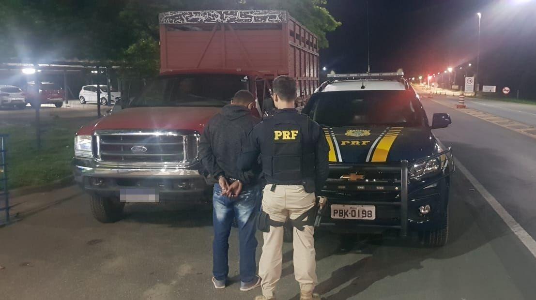 Tenta desviar da PRF na BR-101 em Serra/ES com veículo roubado em Anchieta