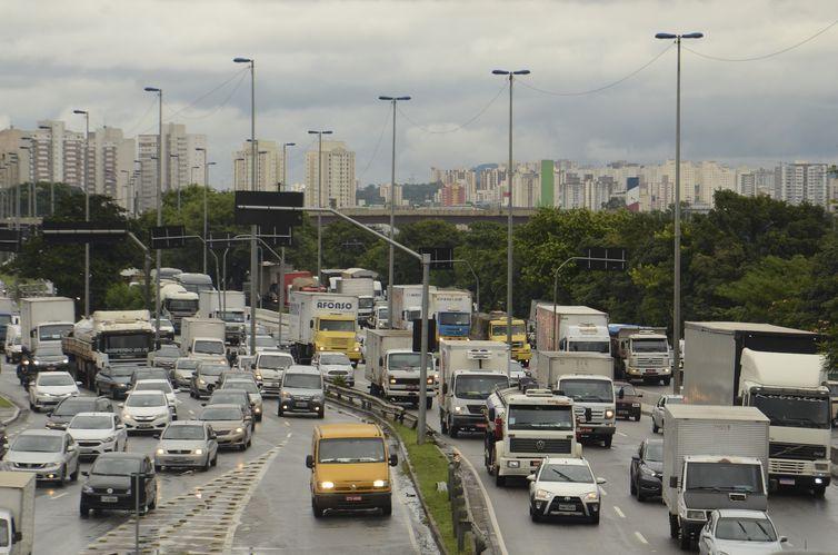 Três em cada quatro brasileiros não planejam gastos com transporte. Dono de carro ´acha´ que gasta R$357/mês mas o valor pode atingir mais de R$2mil/Mês
