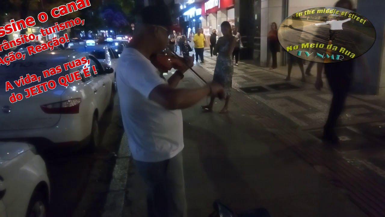 Um violinista na porta do Shopping Cidade: Ninguém explica Deus (Preto no Branco)
