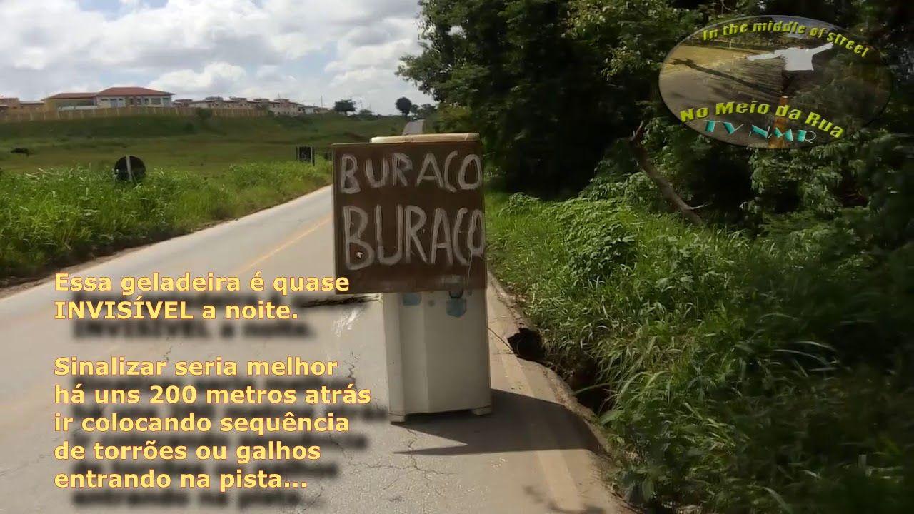 Uma geladeira no meio da pista com nome: BURACO, BURACO! Quem viaja vê de tudo!